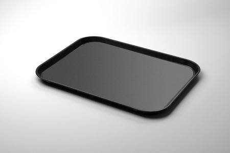 Bandeja rectangular de plexiglás negro aislada sobre fondo blanco