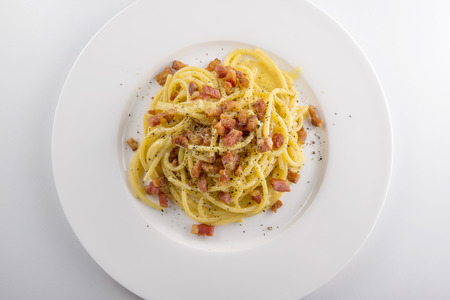 Top view of White round plate of spaghetti carbonara pasta  Banque d'images