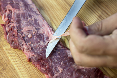Butcher finishes Raw Skirt Steak for the barbecue Stockfoto