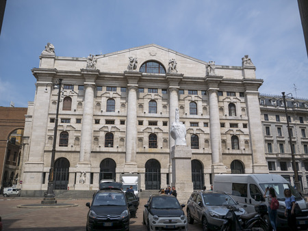 Milan, Italy - May 25, 2019: Mezzanotte Palace facade and middle finger sculpture in Milan Stock Exchange, symbol and heart of Italian finance 新聞圖片