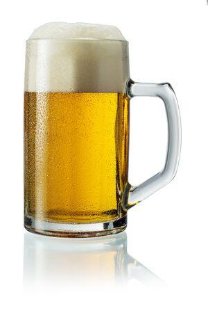 Brocca di birra con schiuma isolata su bianco