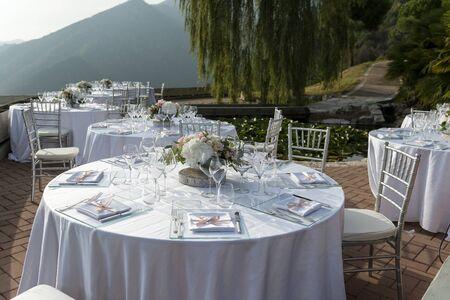 桌子在白色设置为室外婚礼宴会