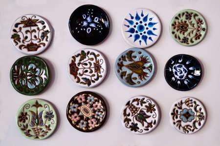 trabajo manual: Diferente brillante, joyas de varios colores del trabajo hecho a mano en una luz del sol Foto de archivo