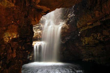 strata: Cascata in una grotta
