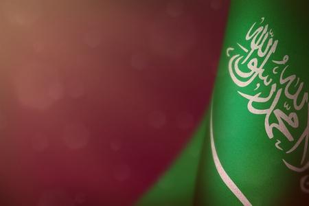 Drapeau suspendu de l'Arabie saoudite pour l'honneur de la journée des anciens combattants ou le jour du souvenir sur fond de velours rose foncé. La gloire de l'Arabie saoudite aux héros de la guerre