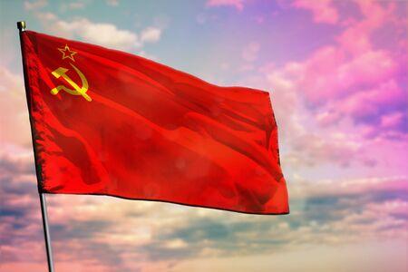 Flatternde Flagge der Sowjetunion (SSSR, UdSSR) auf buntem bewölktem Himmelshintergrund. Gedeihendes Konzept der Sowjetunion (SSSR, UdSSR). Standard-Bild