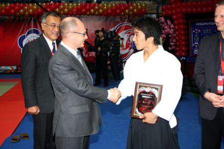 Russland, Moskau, 23 Oktober 2010., internationales Festival des Aikido.Vergeben Sie Mitsuteru Ueshiba Awards Vorsitzender des Organisationskomitees des Festivals Sergei Kirilenko.