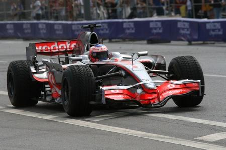 Russland. Moskva.17iyulya 2011. Motorsport Show Moscow City Racing. Dieses Foto zeigt den Weltmeister in der Klasse von `F1`, Pilot Vodafone McLaren Mercedes Team Jenson Button.