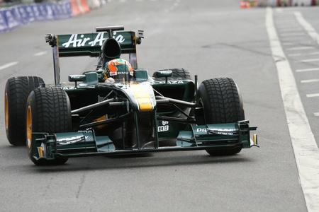 Russland. Moskva.17iyulya 2011. Motorsport Messe Moscow City Racing. Dieses Foto zeigt den Piloten von Lotus Team in der Klasse von `F1` Luiz Razia.