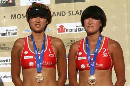 """Rossiya.Moskva.16 Juli 2011g.Etap World Tour Beach Volleyball Frauen -. Turnier """"Grand Slam"""" Dieses Foto zeigt eine chinesische Sportlerin Chen Xue und Zhang Xi - Bronze-Medaillengewinner Editorial"""