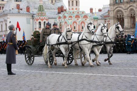 7. November 2011. Russland. Moskau. Die feierliche Prozession der Parade auf dem Roten Platz am 7. November 1941 eingeweiht.