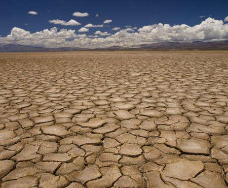 Groot gebied van gebakken aarde na een lange droogte.