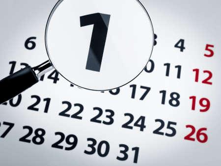 Eine Lupe am ersten Tag einer Kalender-Seite.