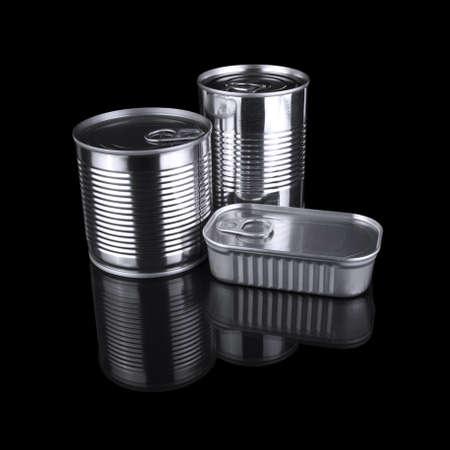 sardinas: Tres latas diferentes aislados sobre un fondo negro. Foto de archivo