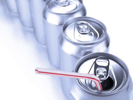 lata de refresco: Vista superior de una fila de latas de refresco. Foto de archivo