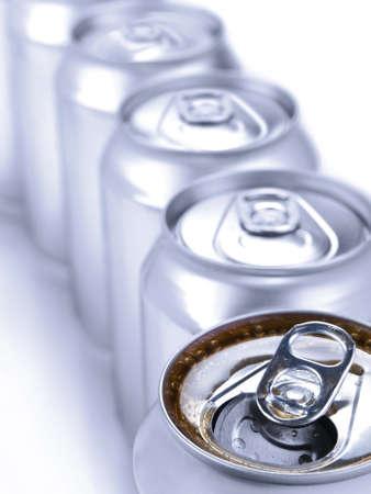 cola canette: Gros plan sur une rang�e de canettes de soda. Faible profondeur de champ.