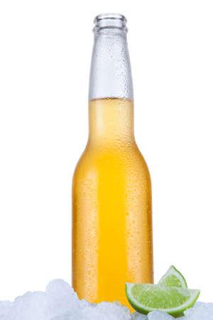 vasos de cerveza: Cerveza mexicana sienta en el hielo sobre un fondo blanco.