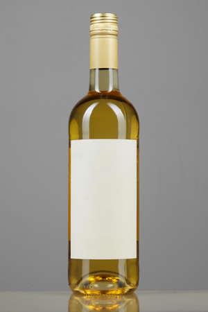 Bottle of white wine mock up on elegant grey background, vertical reflection Stockfoto