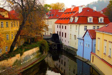 Eine Wassermühle an einem Fluss in Prag, Tschechische Republik Standard-Bild