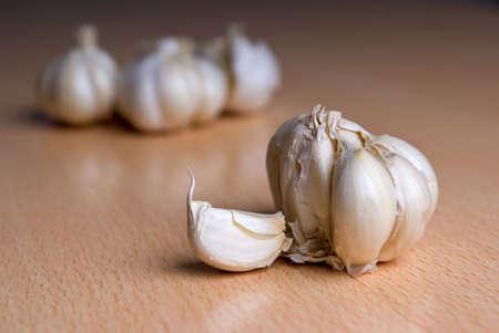 Garlic lying on a kitchen wooden table Standard-Bild