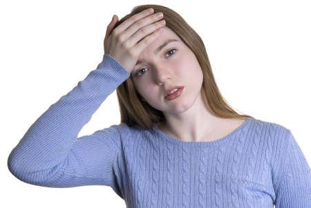 Nizza ragazza bionda in un maglione blu con mal di testa isolati su sfondo bianco
