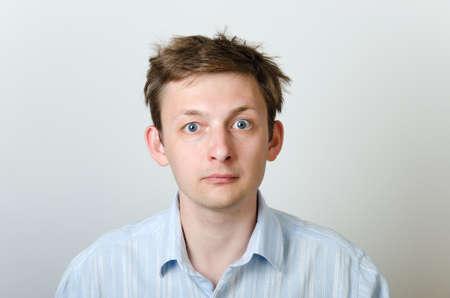 zerzaust: Dishevelled Mann in einem blauen Hemd mit zerzausten Haaren. Lizenzfreie Bilder