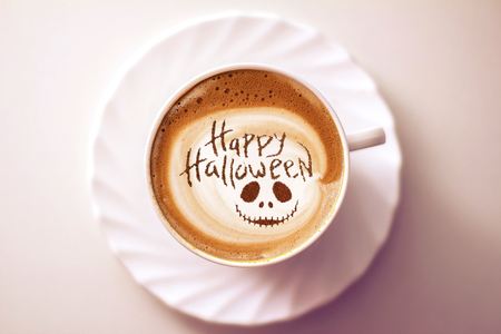 cup of coffee with the inscription happy halloween 版權商用圖片