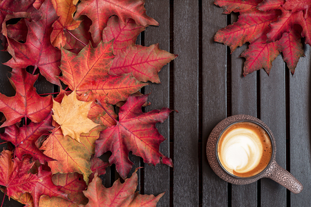 Autumn composition. Cup of coffee, dried leaves, light background. Autumn elegant concept. Flat lay, top view, copy space 版權商用圖片