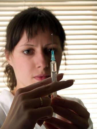 krankenschwester spritze: Sch�ne Krankenschwester mit spritzen bereit zu machen Injektion