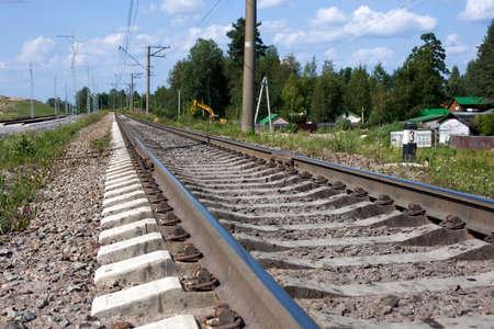 白い雲と青い空の下の鉄道があります。