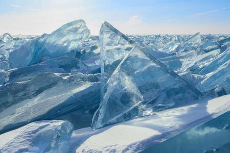 투명 한 푸른 얼음의 계산 된 블록의 형성