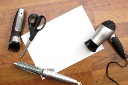 secador de pelo: fondo, tarjeta blanca y el barbero herramientas Foto de archivo