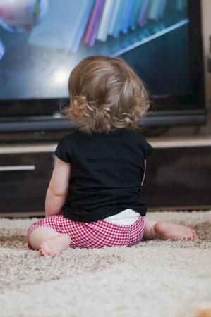 personas viendo tv: ni�a viendo la televisi�n Foto de archivo