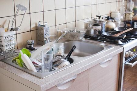 habitacion desordenada: platos en el fregadero - l�o en la cocina Foto de archivo
