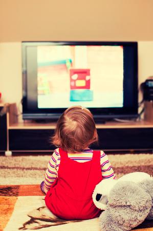 personas viendo television: niña viendo la televisión Foto de archivo