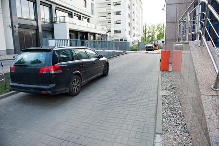 barrera: Barrera de seguridad del vehículo - entrada al aparcamiento Foto de archivo