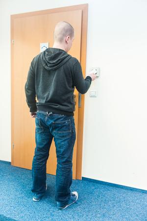wood door: homme met la carte dans le contr�le d'acc�s au lecteur - bureau