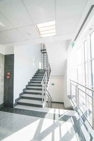 trap - corridor-tellende kantoorgebouw Stockfoto