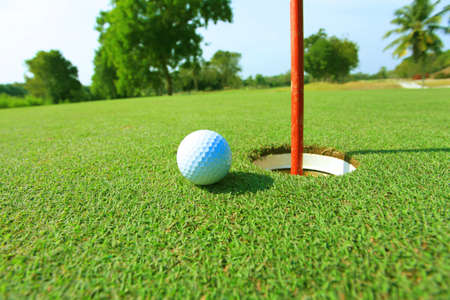 golf drapeau: balle de golf � proximit� attente