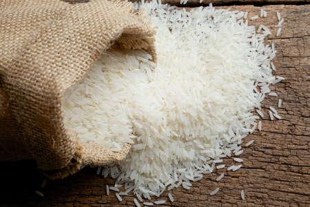 arroz blanco: arroz en saco de arpillera Foto de archivo