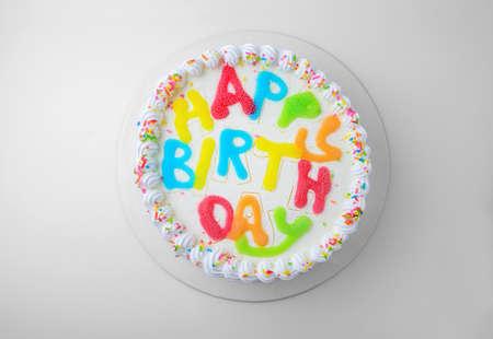 torta compleanno: torta di compleanno isolato su bianco