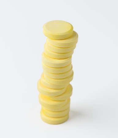 vitamina a: p�ldoras de vitaminas aisladas en blanco Foto de archivo