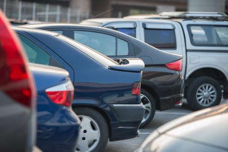 auto's in een rij op een parkeerplaats