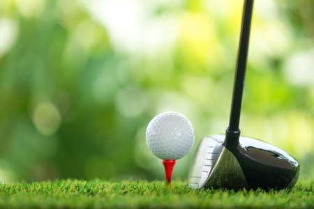drive a golf ball on tee Standard-Bild