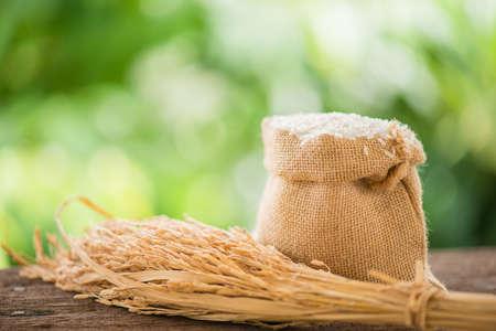arroz blanco: arroz blanco en saco de arpillera con arroz de grano