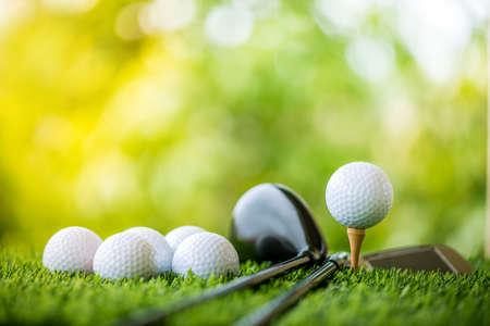 Palla da golf su tee pronto a fare la pratica Archivio Fotografico