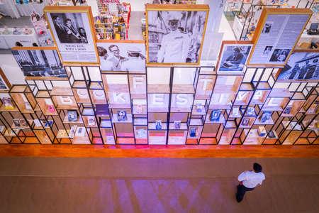 Bangkok, Thailand - 22 juli 2017: Ter nagedachtenis aan Zijne Majesteit Koning Bhumibol Adulyadej, Fotografietentoonstelling van het Boekenfestival over het warenhuis van het mode-eiland in Bangkok, Thailand.