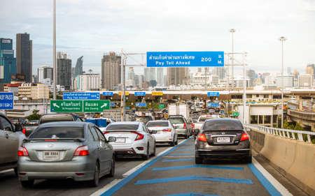 Bangkok, Thaïlande - 9 août 2019 : vue sur les embouteillages à la porte de péage de l'autoroute à Bangkok, Thaïlande Éditoriale