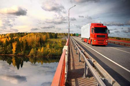 transporte de mercancia: camiones y puente sobre canal de Saima, el mar B�ltico