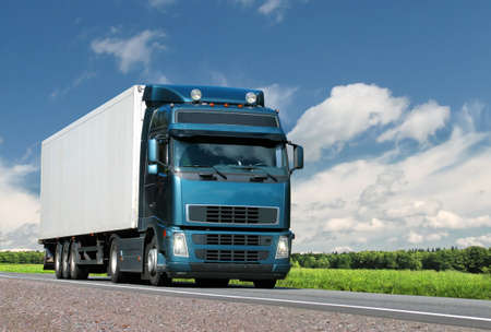 camión: cami�n en la carretera de verano pa�s